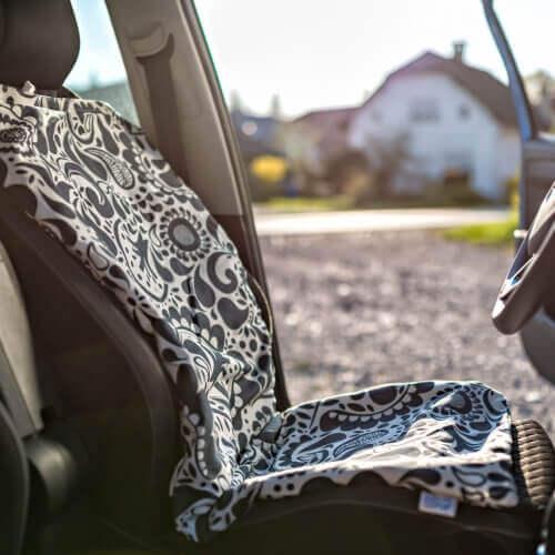 Podloga proti potenju za avto polnjena s pirinimi ali ajdovimi luščinami in cvetovi sivke.